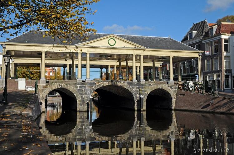 Вид на мост Koornbrug, Лейден