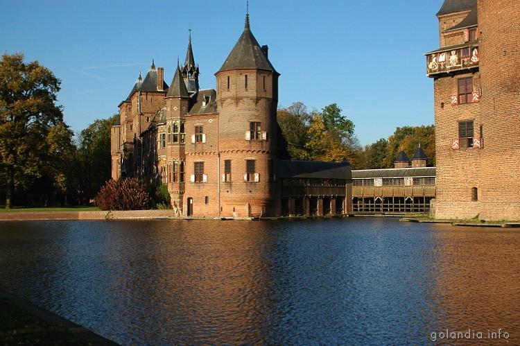 Замок де Хаар окружен водой для защиты