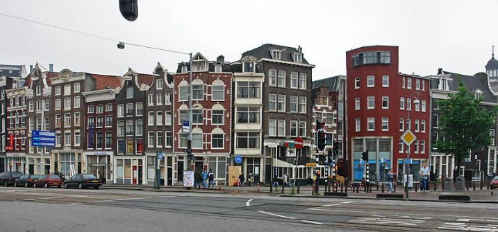 Между церковью и Красными фонарями (Амстердам)