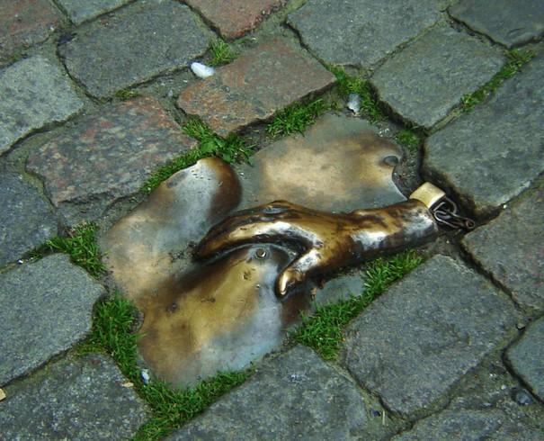 Памятник женской груди в Амстердаме